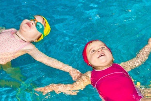 Hình ảnh dạy trẻ tập bơi